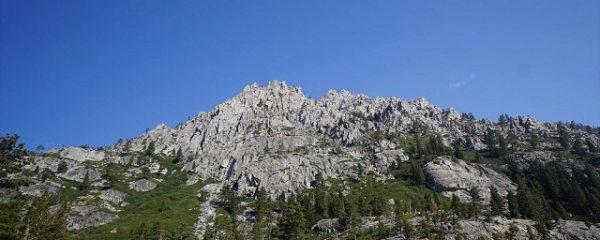 青空と岩山のくっきりとしたコントラスト