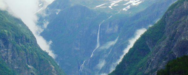 雪解け水が滝となって流れていく