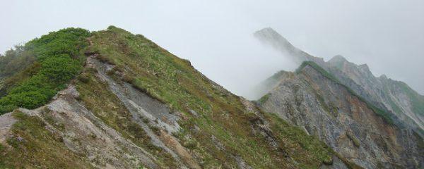 自然厳しい稜線が続く